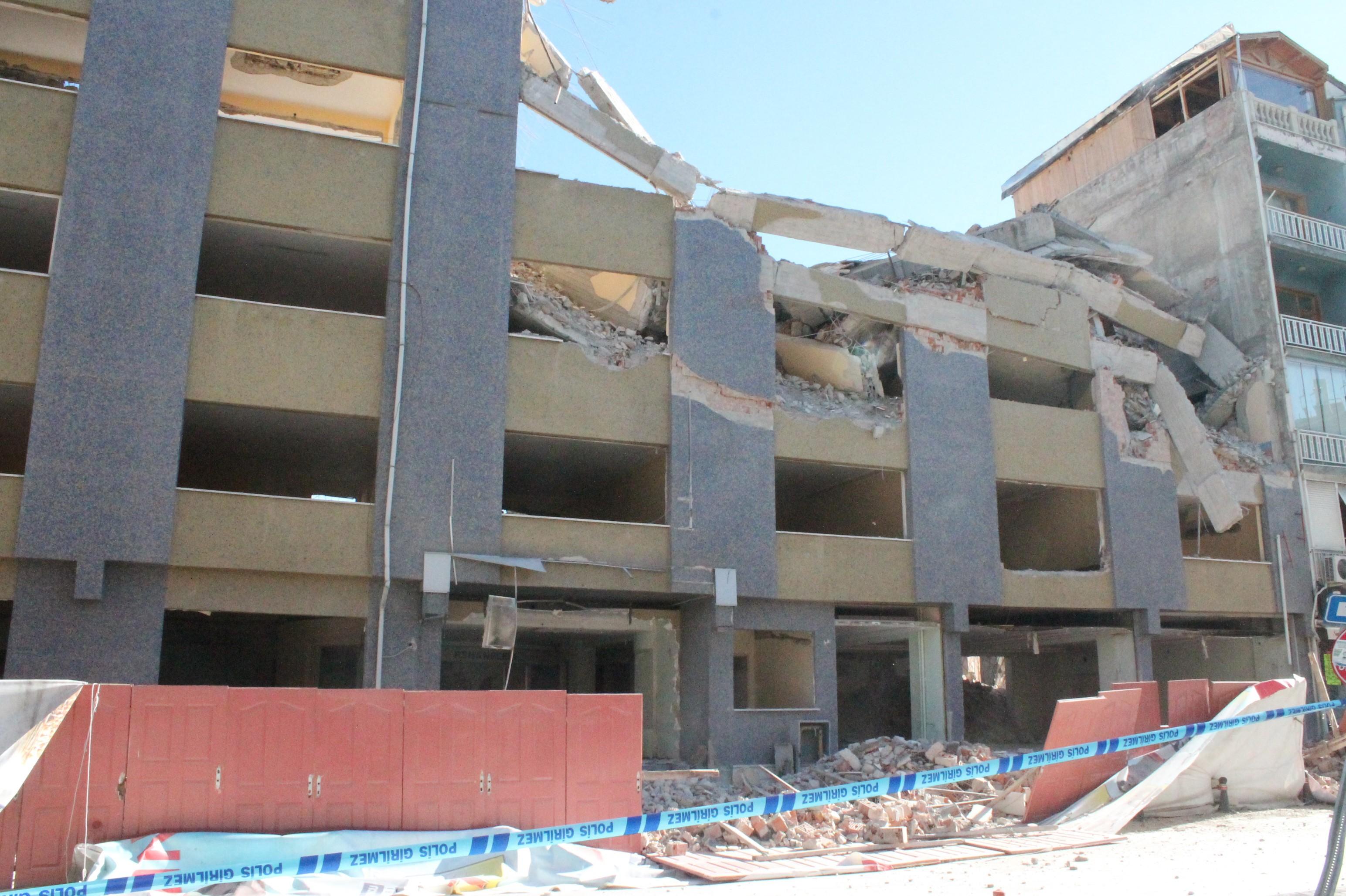 5 katlı bina yandaki evin yatak odasına çöktü ve ...