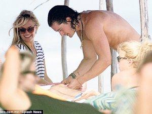 Orlando Bloom gizemli sarışın afetle plajda görüntülendi