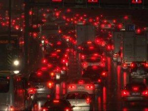 Akşam yağan kar İstanbul trafiğini allak bullak etti