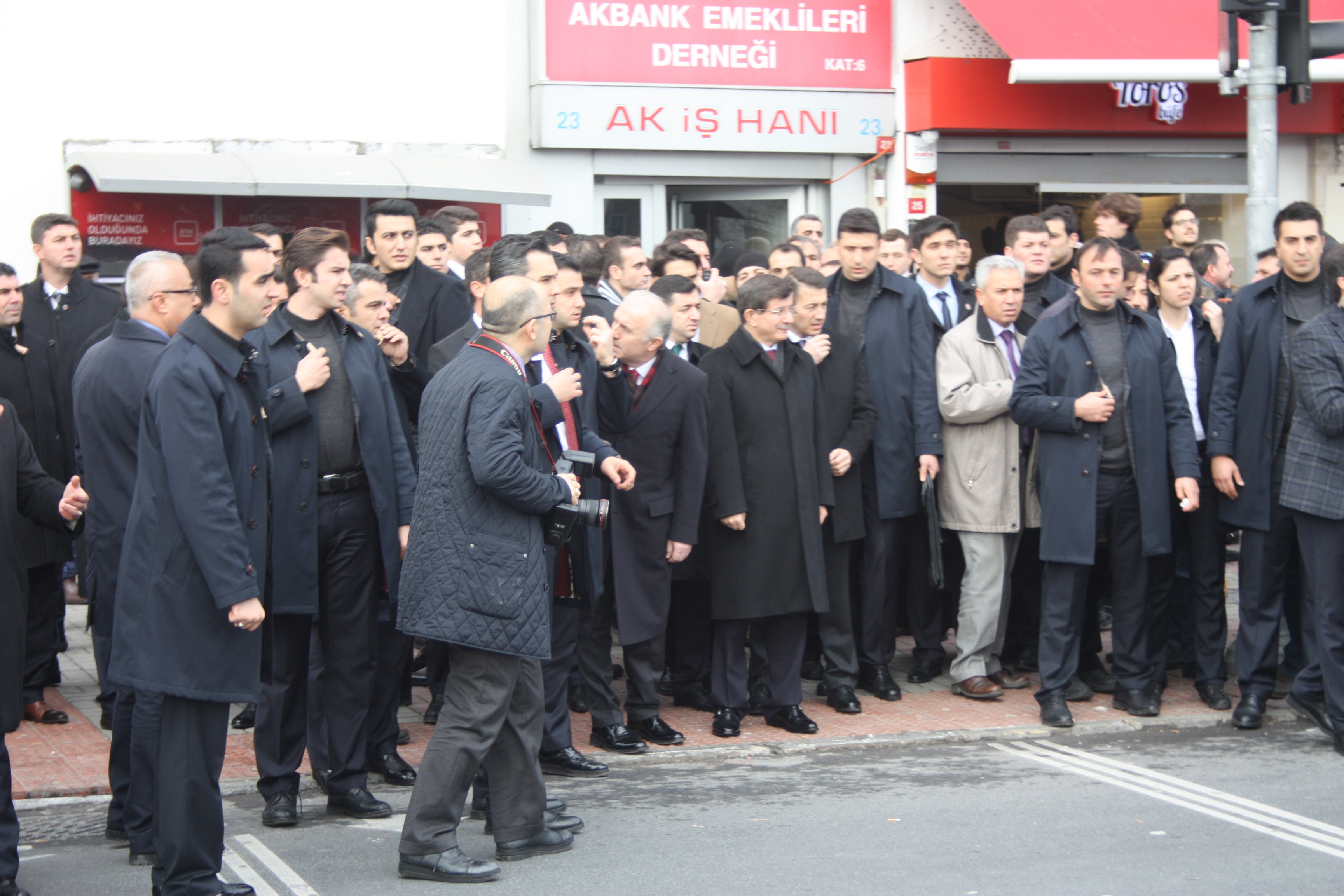 Başbakan Davutoğlu Camiye gitmek için yeşil ışığı bekledi !!!