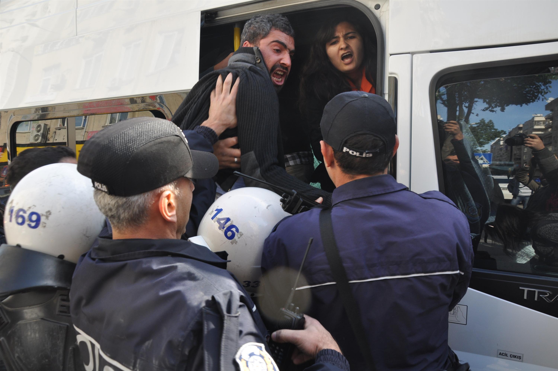 Başbakanı protesto eden 19 şahıs yaka paça gözaltına alındı !