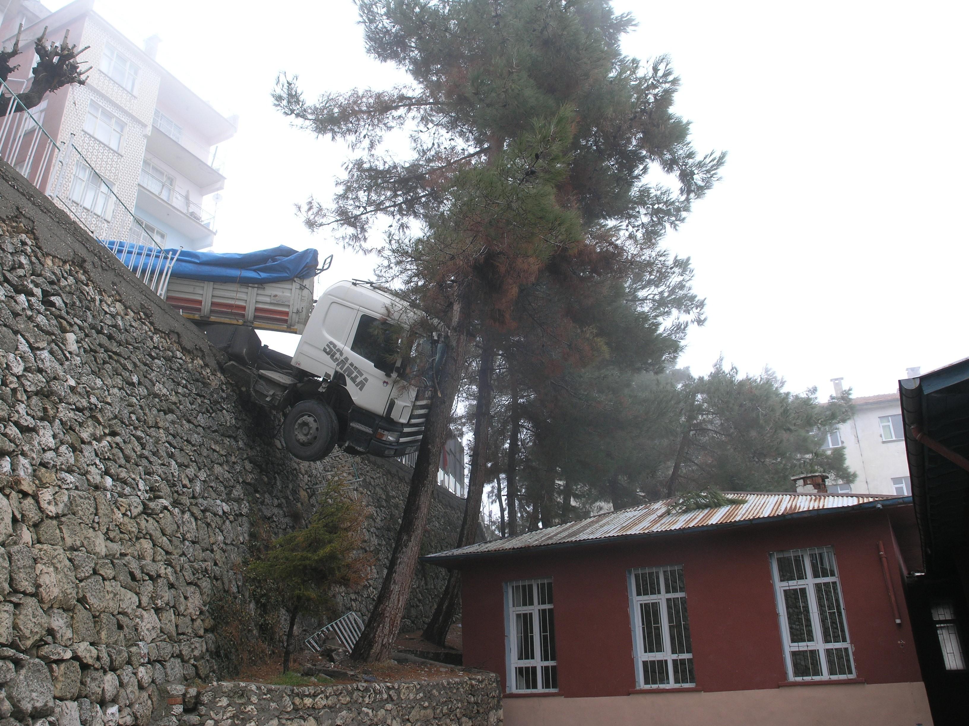 Faciaya Ramak Kala ..çam ağacına çarpmasaydı okulun içine girecekti ..