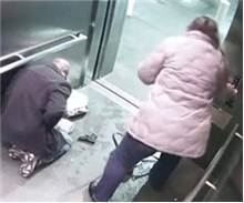 Asansör de inanılmaz kaza yanlışlıkla kendisini vurdu!