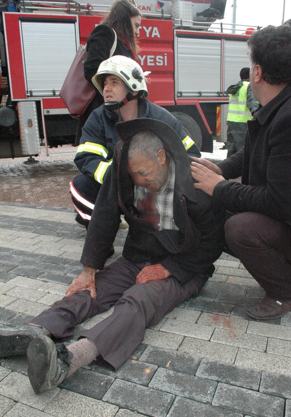 Malatya'da Fırtına Dehşeti .. Vergi dairesinin çatısı uçtu 4  yaralı ..!!