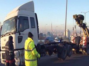 TEM'de yan yatan TIR kaldırıldı trafik normale döndü!