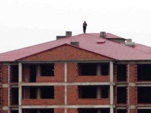 Bingöl'de çatıya çıkan cinayet zanlısı 24 saaten fazladır çatıdan inmiyor!