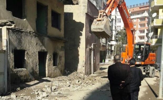 Siirt'te Tehlike Arz Eden Metruk Evler Yıkıldı