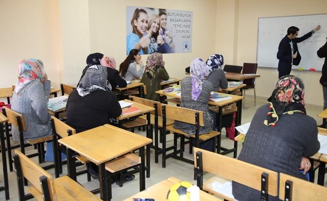 Siirt'te Bayan Kursiyerler Okuma ve Yazmaya Başladı