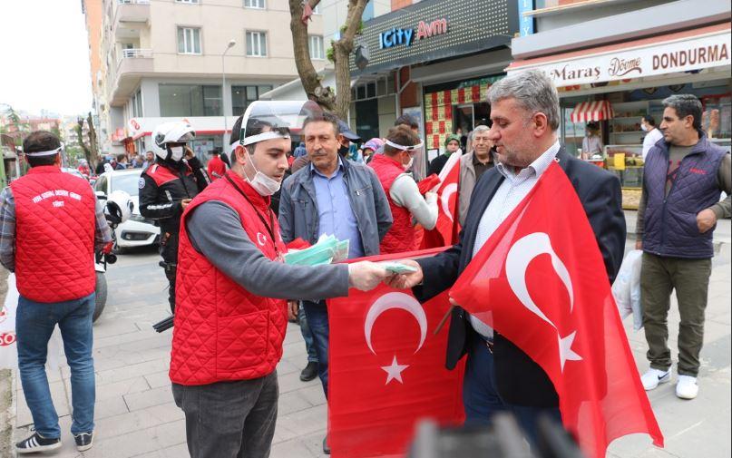 Siirt'te esnafa bayrak ve maske dağıtıldı