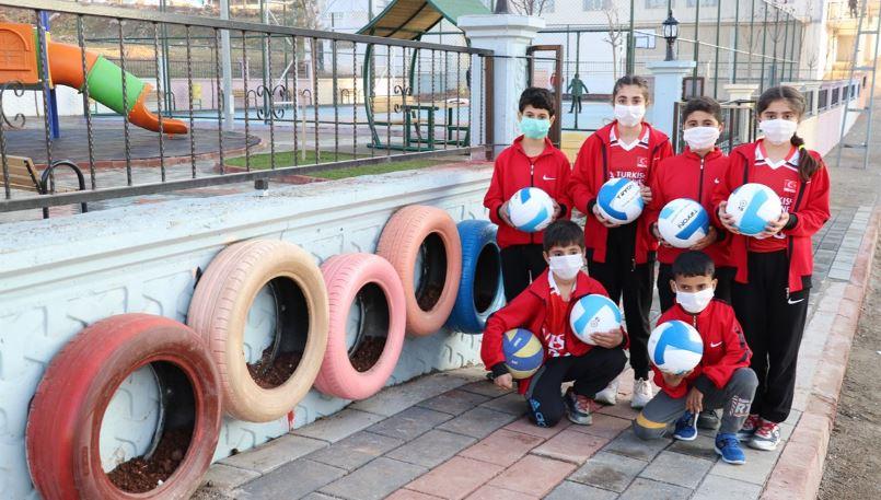 Siirt'te çocukların halı saha sevinci