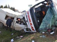 Minibüs ve Yolcu Otobüsü Dehşet saçtı .. Kazada 34 Yaralı ..!!