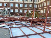 Siirt'te KYK kız yurdu binasının çatısı uçtu