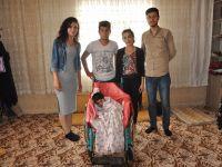 Engelli Çocuğa Tekerlekli Sandalye Verildi