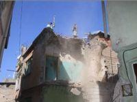 Dar Sokakta Bulunan Metruk Binalar İnsan Gücüyle Yıkılıyor