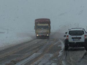 Kar Yağışı Yolları Ulaşıma Kapattı